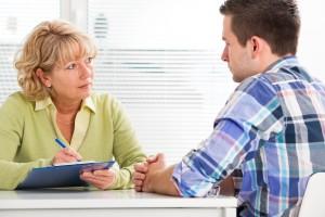 Imagen de psicólogo clínico con paciente para IPSIVA, Instituto Psicológico Valenciano de Trastornos y Problemas Obsesivos